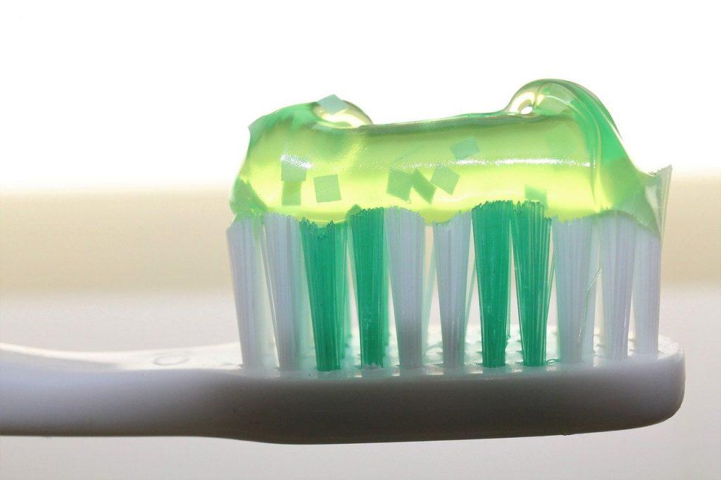 Szczoteczka do zębów z nałożoną pastą